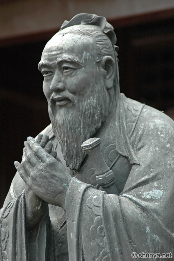 "the philosophy of confucius The center of the confucius' philosophy is to obey existing hierarchy, ie to follow  the ""order"" of nature such ""order"" may come from outside, eg social rankings,."