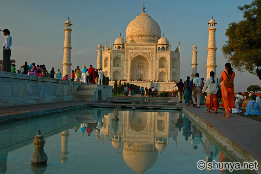 short essays on taj mahal The tomb is the central focus of the entire complex of the taj mahal this large, white marble structure stands on a square plinth and consists of a symmetrical building with an iwan (an arch-shaped doorway) topped by a large dome and finial.