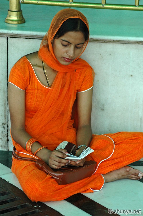 golden temple wallpaper. What#39;s she reading?