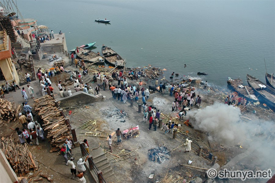Se baigner dans le Gange à Bénarès purifie de tous les péchés. L'incinération (500 par jour) sur les ghâts libère du cycle des réincarnations.